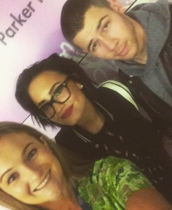 Demi Lovato e Nick Jonas visitam hospital infantil.