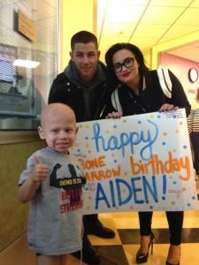 Demi Lovato e Nick Jonas visitam crianças no hospital.