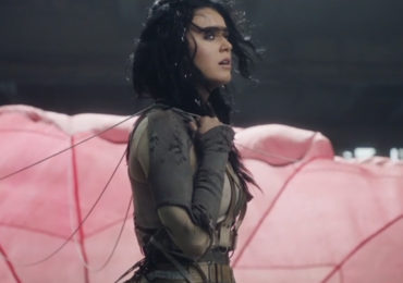 "Katy Perry marca data de lançamento do vídeo de ""Rise"" com teaser"