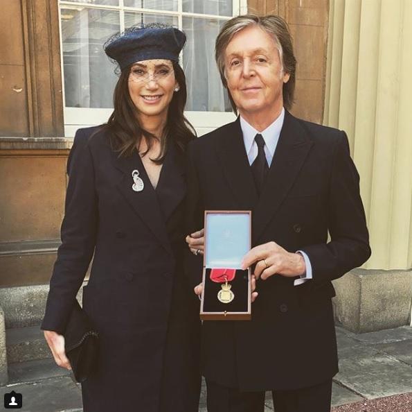 Paul McCartney é condecorado pela rainha por contribuição à música