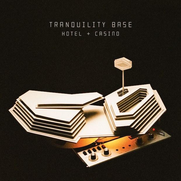 """Arctic Monkeys lança novo álbum; ouça """"Tranquility Base Hotel & Casino"""""""
