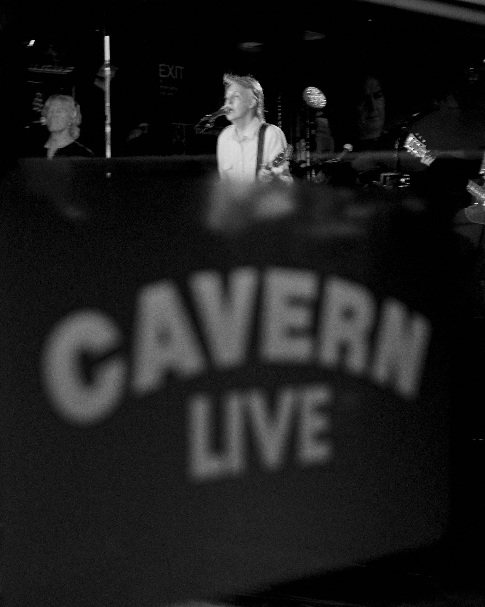 Paul McCartney relembra início de carreira com show surpresa no Cavern Club