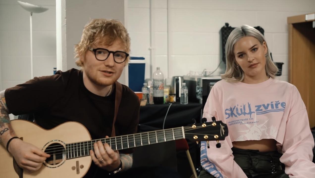 """Ed Sheeran e Anne-Marie fazem versão acústica de """"2002""""; veja vídeo"""