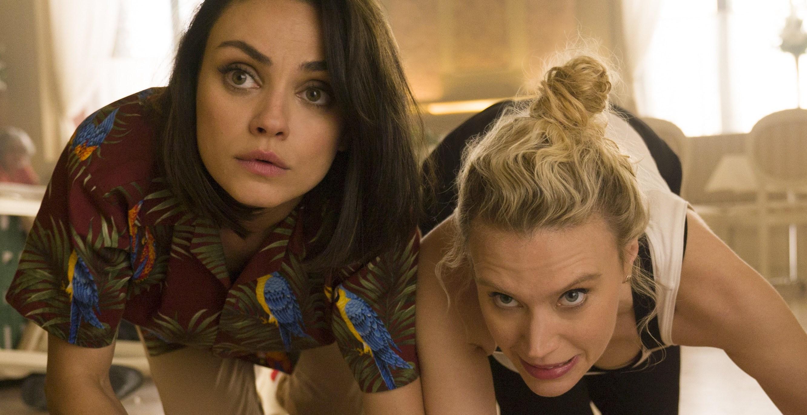 """Mila Kunis como """"Aubrey"""" e Kate McKinnon como """"Morgan"""" em Meu Ex é um Espião"""
