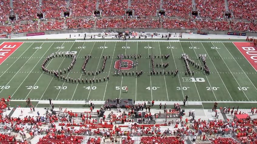 Banda marcial de universidade em Ohio presta homenagem ao Queen