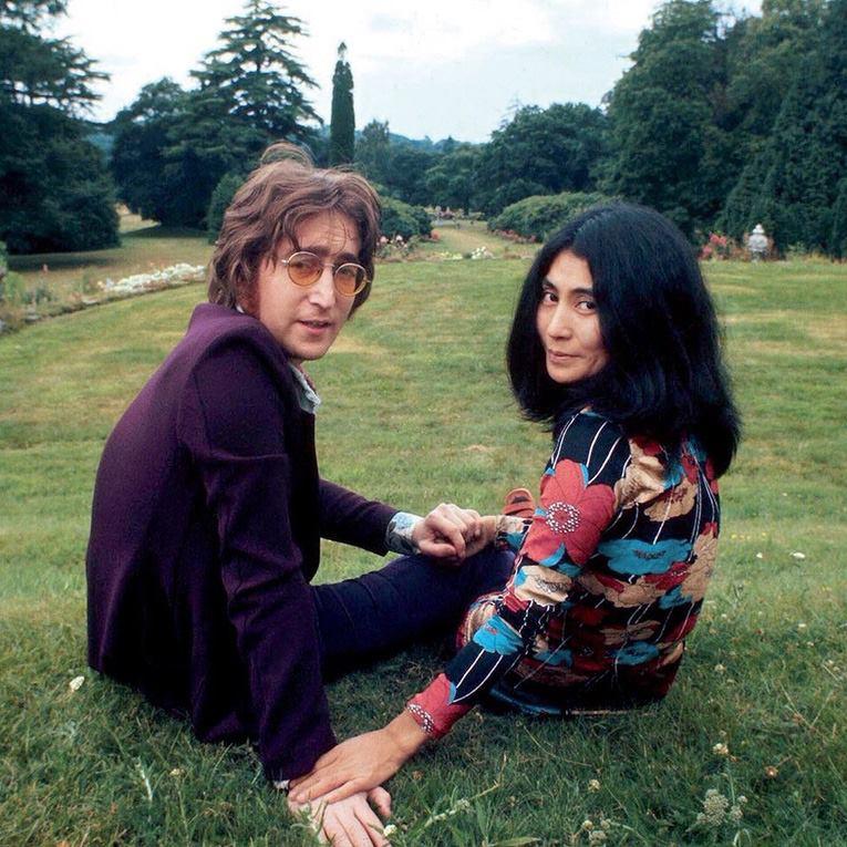 Relacionamento de John Lennon e Yoko Ono deve virar filme
