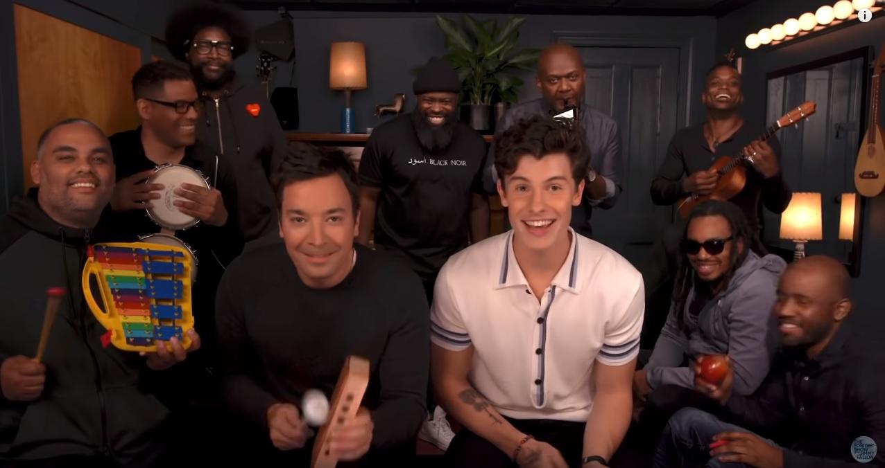 """Shawn Mendes faz versão de """"Treat You Better"""" com instrumentos infantis"""