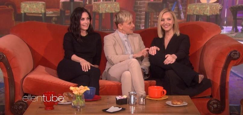 Em cenário de Friends, Lisa Kudrow surpreende Courteney Cox em programa