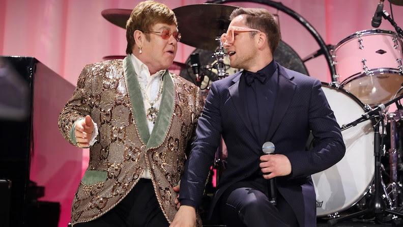 "Elton John e Taron Egerton cantam ""Tiny Dancer"" juntos em festa pós-Oscar"
