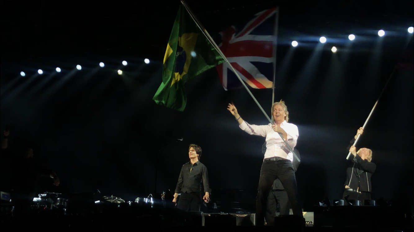 Paul McCartney com a bandeira do Brasil no Allianz Parque, 27/03/2019 Foto: Giullia Gusman