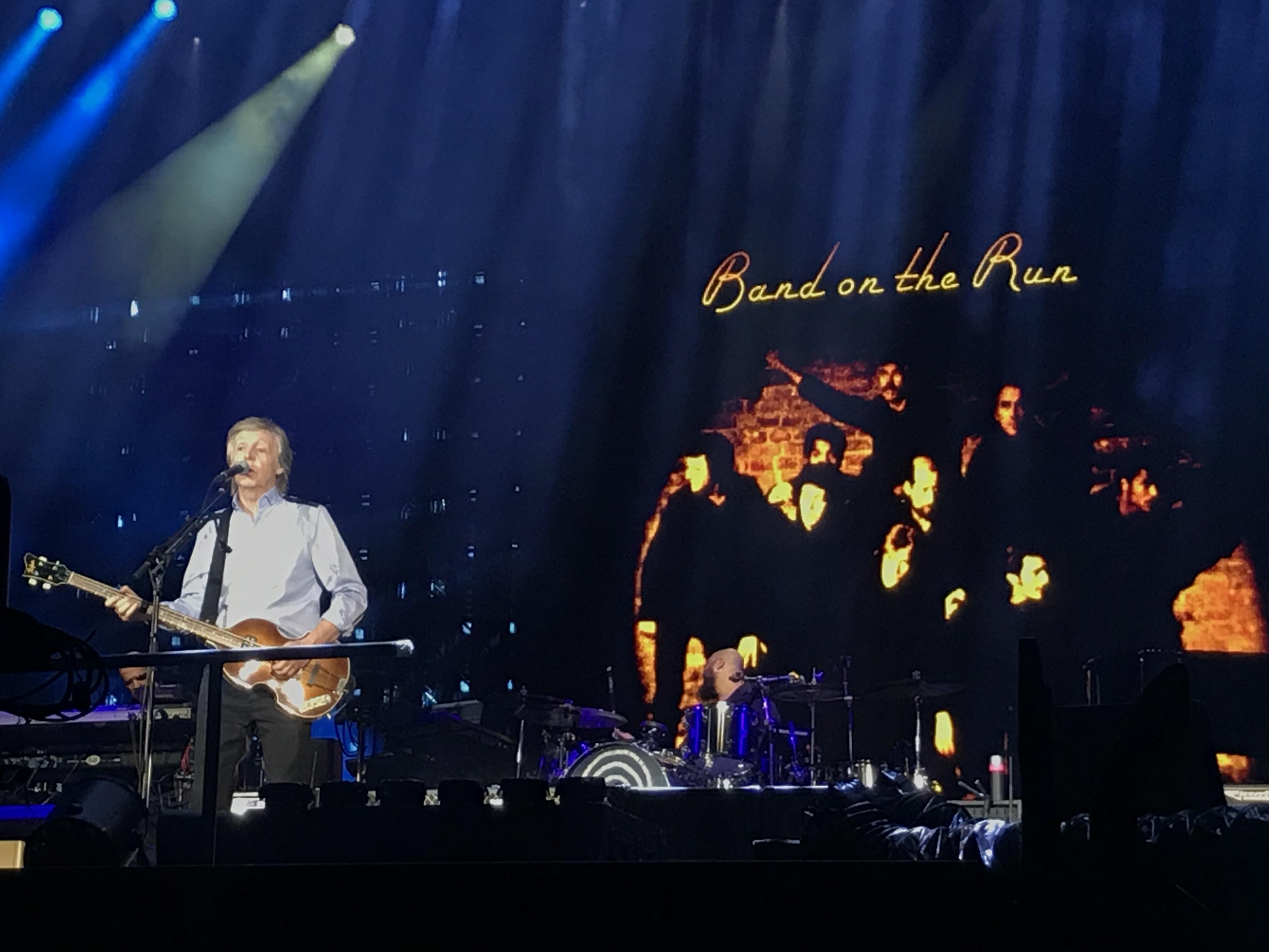 Paul McCartney encerra turnê brasileira com show histórico em Curitiba