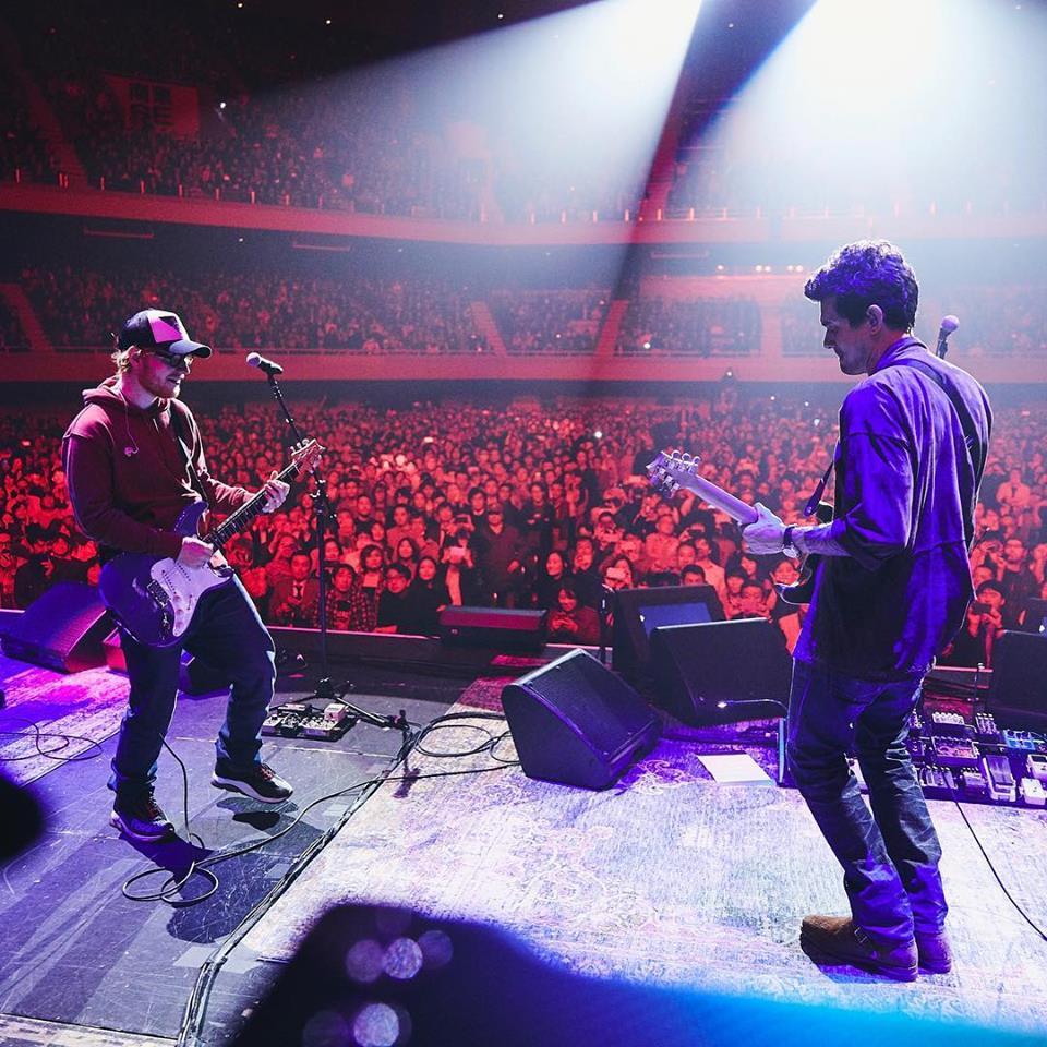No Japão, Ed Sheeran faz participação especial em show de John Mayer