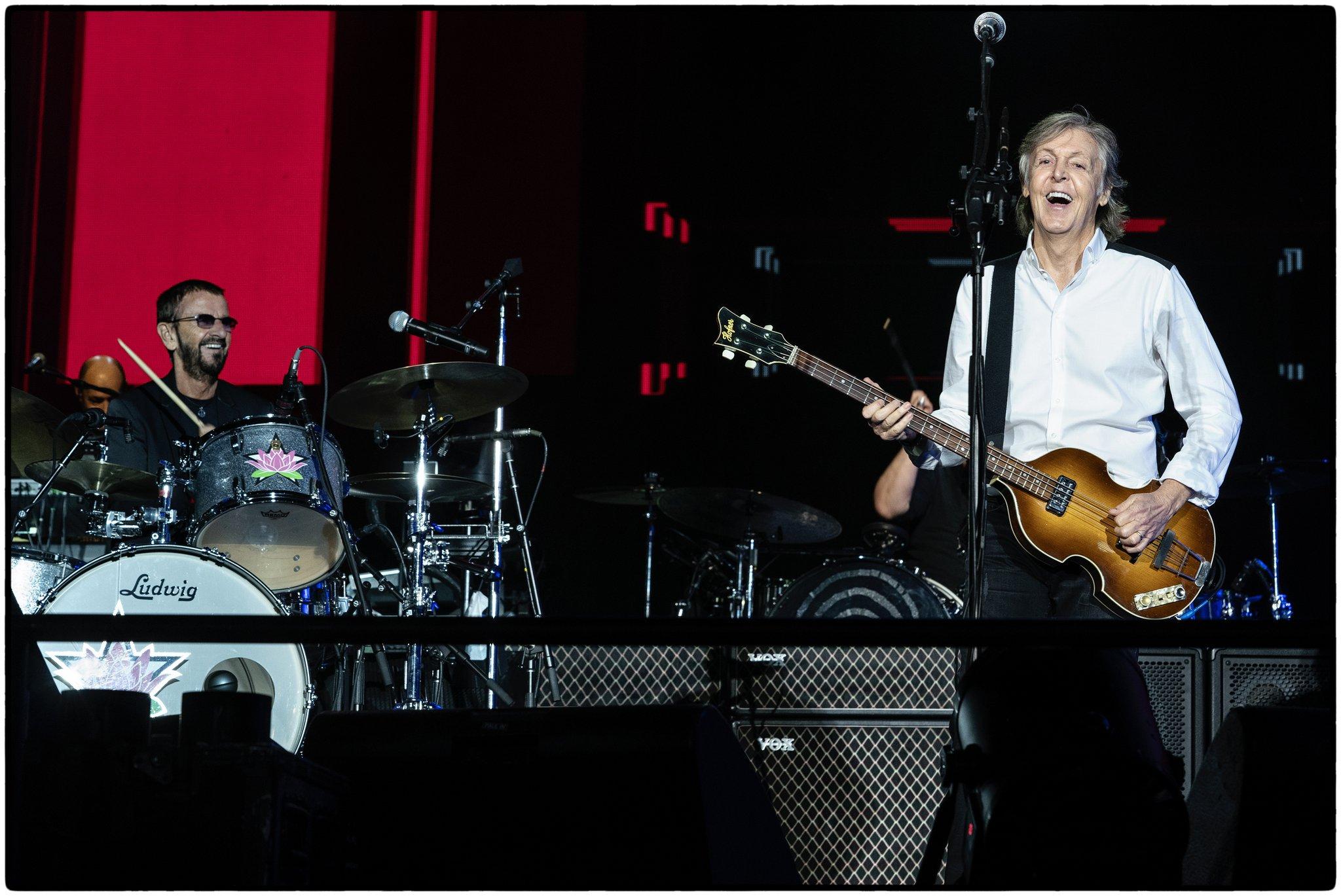 Ringo Starr faz participação surpresa em show de Paul McCartney; veja vídeos