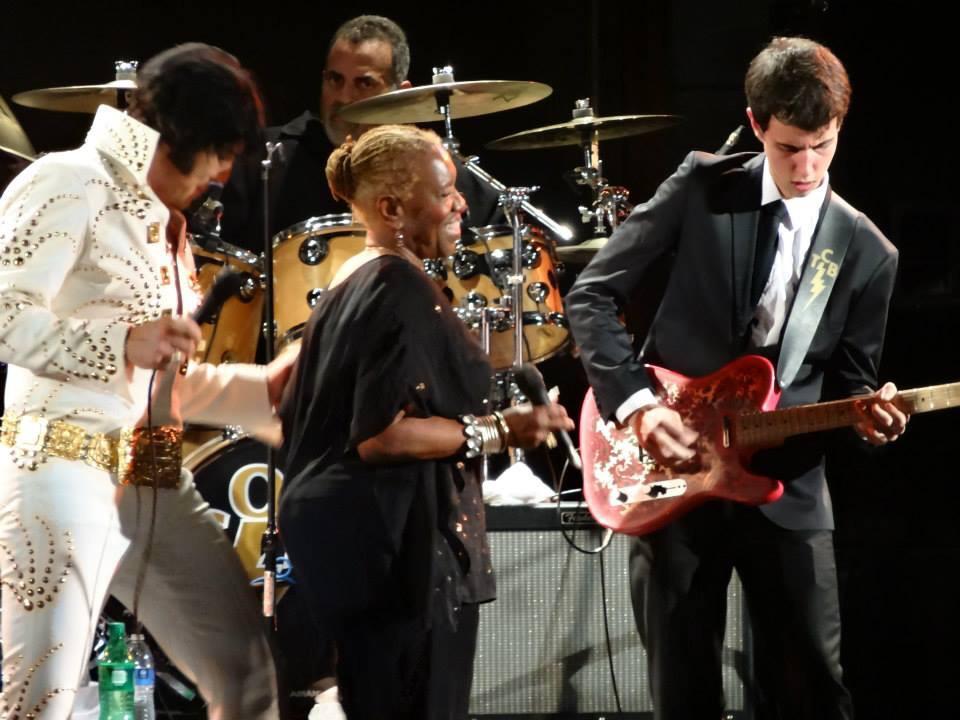 Da esquerda para direita: Estelle Brown (membro original do grupo Sweet Inspirations)